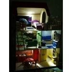 Кукольный домик с мебелью,  отделкой,  и освещением.